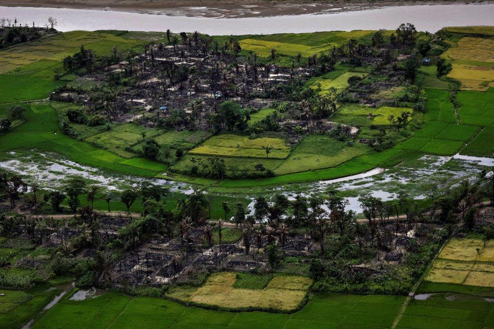 Aldeia rohingya destruída pelo fogo perto de Maungdaw, ao norte do Estado de Rakhine (Mianmar), em 27 de setembro de 2017.