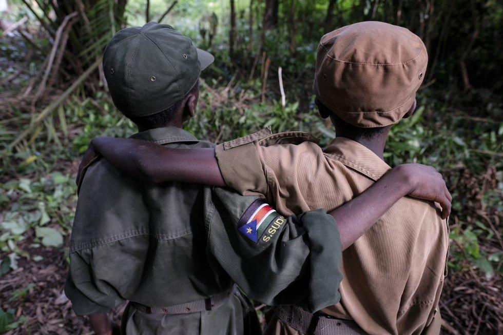 Ganiko, de 12 años, y Jackson, de 13 [nombres ficticios], son dos de los 207 niños soldado que el martes 17 de abril fueron puestos en libertad por grupos armados en Sudán del Sur. Los menores, 112 niños y 95 niñas, han participado en una ceremonia en Yambio para celebrar el comienzo de un proceso de reintegración tras haber formado parte de las tropas del Movimiento de Liberación Nacional de Sudán del Sur y del Ejército de Liberación del Pueblo del Sudán en Oposición. Esta semana se ha producido la segunda de una serie de liberaciones de menores de las filas de grupos armados que, según las previsiones, tendrán que dejar marchar a casi 1.000 niños soldado a lo largo de los próximos meses.