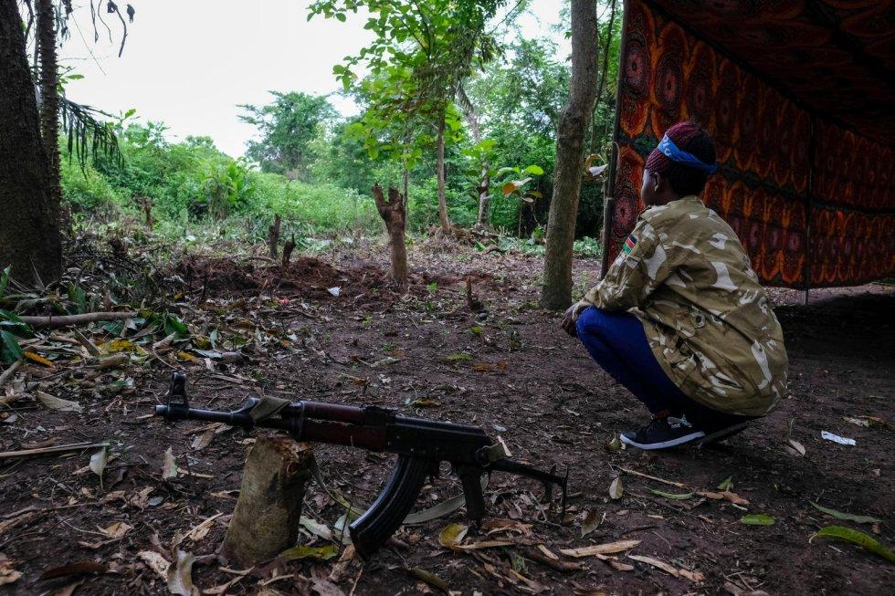"""En 2016, Khamisa [nombre ficticio], de 15 años, estaba de camino hacia la escuela cuando fue secuestrada junto a los cuatro amigos que iban con ella. Unos hombres armados les llevaron a una base en la que había muchos otros niños. Khamisa se encargaba de la limpieza, la preparación de alimentos y la recolección de leña, pero recibió también entrenamiento militar. Le enseñaron a marchar y a sostener una pistola, pero nunca se le pidió que disparara. Poco después de que fuera secuestrada, su padre murió. """"No hay nadie que se haga responsable de mí ahora"""", lamenta. """"Mi madre es demasiado pobre para cuidarnos""""."""