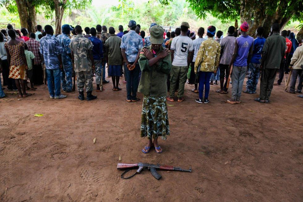 """Los padres de Nawai [nombre ficticio] huyeron a la República Democrática del Congo en 2016 con el recrudecimiento del conflicto, y ella fue secuestrada junto con sus dos hermanas mientras caminaban hacia casa. Una de las dos menores fue devuelta a la aldea días después, ya que no paraba de llorar. Durante dos años, Nawai, que hoy tiene 15 años, compartió una habitación pequeña con otras chicas del grupo y se vio obligada a cocinar, limpiar y buscar agua para los hombres armados. """"Una vez me pidieron que recogiera agua, y cuando volví, dijeron que me tomaba demasiado tiempo y amenazaron con golpearme"""", recuerda. Ahora quiere regresar a la escuela.   La última liberación de menores de las filas de grupos armados forma parte de un proceso apoyado por Unicef y ha tenido lugar en la comunidad rural de Bakiwiri, a una hora en coche de Yambio, en el estado de Equatoria Occidental. Durante la ceremonia, los niños fueron formalmente desarmados y provistos de ropas civiles. Ahora se llevarán a cabo exámenes médicos y los niños recibirán asesoramiento, formación profesional y apoyo psicosocial. Se proporcionará asistencia alimentaria a sus familias durante tres meses."""