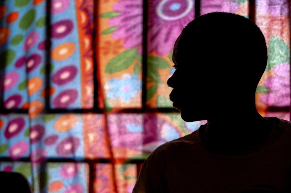 """David [nombre ficticio] en el Centro de Cuidado Infantil Tindoka de Yambio (Sudán del Sur), en el que encuentran abrigo menores que han sido liberados de grupos armados a la espera de reunirse con sus familias. David tiene 17 años y es de Yambio. Un día de 2015, de camino a casa desde la escuela, fue secuestrado por hombres armados, miembros de un grupo rebelde del que nunca había oído hablar. Durante tres años, recibió entrenamiento para disparar e incluso para matar. """"Si llevas un arma en una guerra, por supuesto que lastimas a la gente con eso"""", dice. En la actualidad, quiere volver a estudiar y convertirse en conductor."""