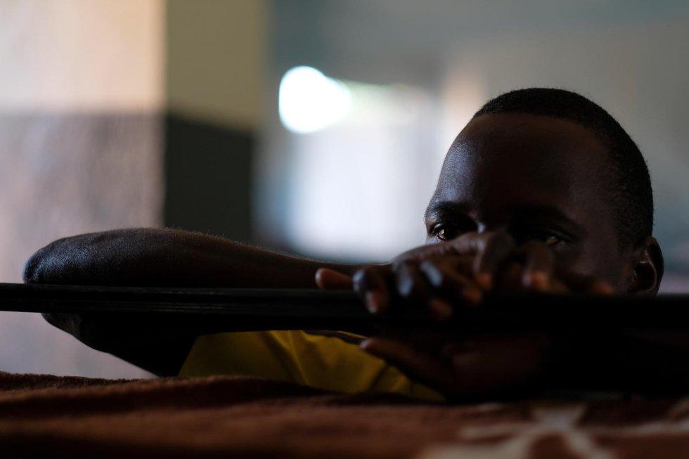 """George tiene 17 años y es huérfano de ambos padres. En 2015, fue secuestrado mientras volvía del trabajo en una granja. Sirvió en el grupo armado durante dos años en los que le obligaron a robar en tiendas y casas, violar a mujeres y niñas, y, en ocasiones, matar. """"No quería hacer ninguna de estas cosas, pero si no lo hacía tenía miedo de que me mataran"""", admite. Sus hermanos, de ocho y nueve años, fueron reclutados por otro grupo de combatientes. Cuando preguntaban a George qué pasaría si alguna vez tuviera que luchar contra ellos, decía que haría lo que sus comandantes le mandaran. George quiere volver a la escuela. Le gusta practicar cualquier tipo de deporte o juego que mantenga su mente ocupada para olvidar lo que ha pasado."""