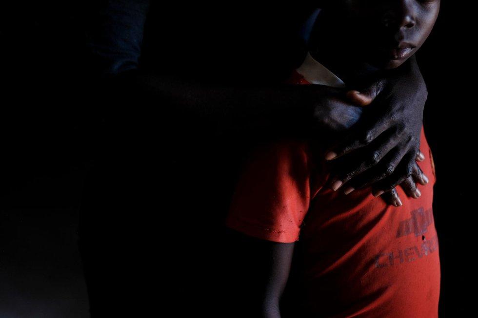 """Abel [nombre ficticio] tiene 13 años y habla con voz baja de niño. Fue secuestrado con toda su familia cuando tenía apenas nueve años. Cuando trataron de escapar, él fue el único que no logró correr lo suficientemente rápido. """"Nunca llevé un arma, pero vi cosas"""", asegura. Recobró la libertad a principios de 2018. Abel quiere ser gobernador de su ciudad, Yambio. """"Quiero ayudar a la gente pobre y ser un ejemplo para asegurarme de que ningún niño sea reclutado""""."""