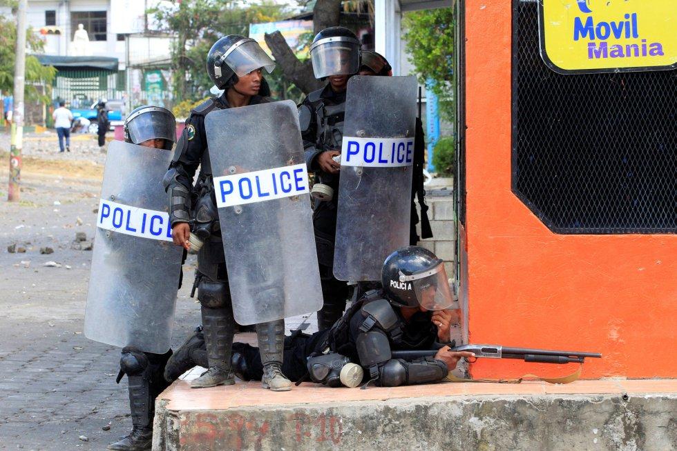 Policías antidisturbios se preparan para lanzar pelotas de gomas durante una protesta contra el Gobierno en Managua (Nicaragua), el 19 de abril de 2018.