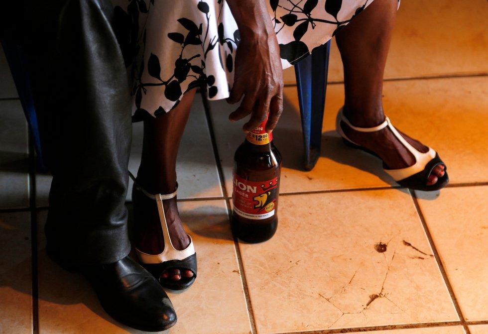 Un adorador toma su cerveza durante un servicio de la Iglesia de Gabola en un bar en Orange Farm, al sur de Johannesburgo, el domingo 15 de abril de 2018.
