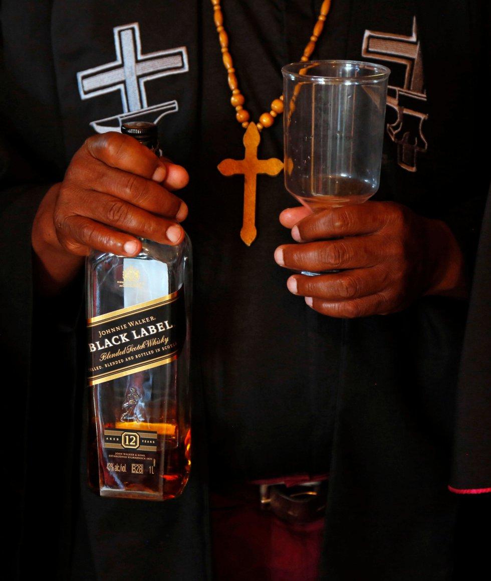 Con esta botella de whisky será ungido un sacerdote en la Iglesia de Gabola durante un servicio en un bar en Orange Farm.