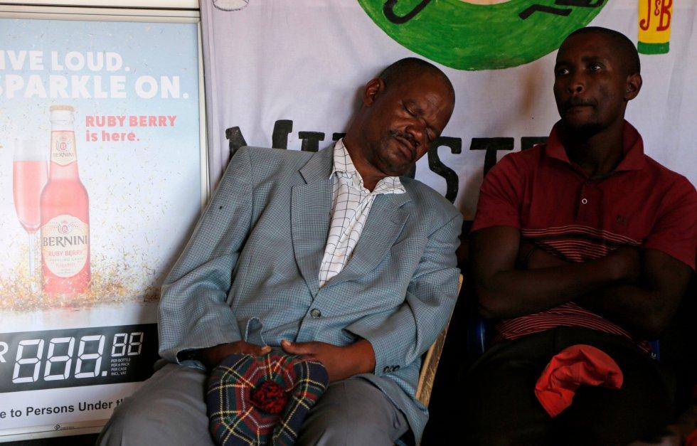 Un adorador de la Iglesia Gabola duerme durante un servicio en un bar en Orange Farm.