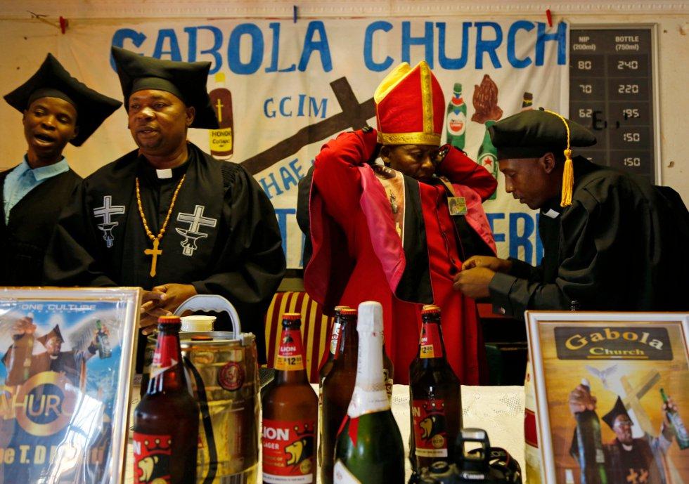 El autoproclamado Papa, Tsietsi Makiti, se prepara para oficiar una misa en un bar de Orange Farm.