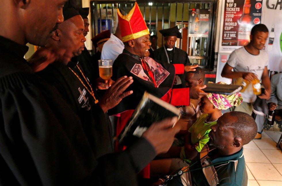 A continuación, el autoproclamado Papa bendice a los recién llegados a su iglesia.