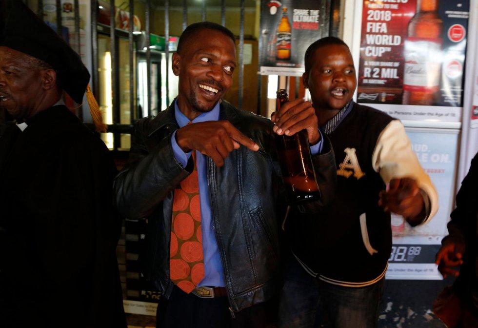 Un adorador de la Iglesia de Gabola canta y baila con una cerveza en la mano durante un servicio religioso.