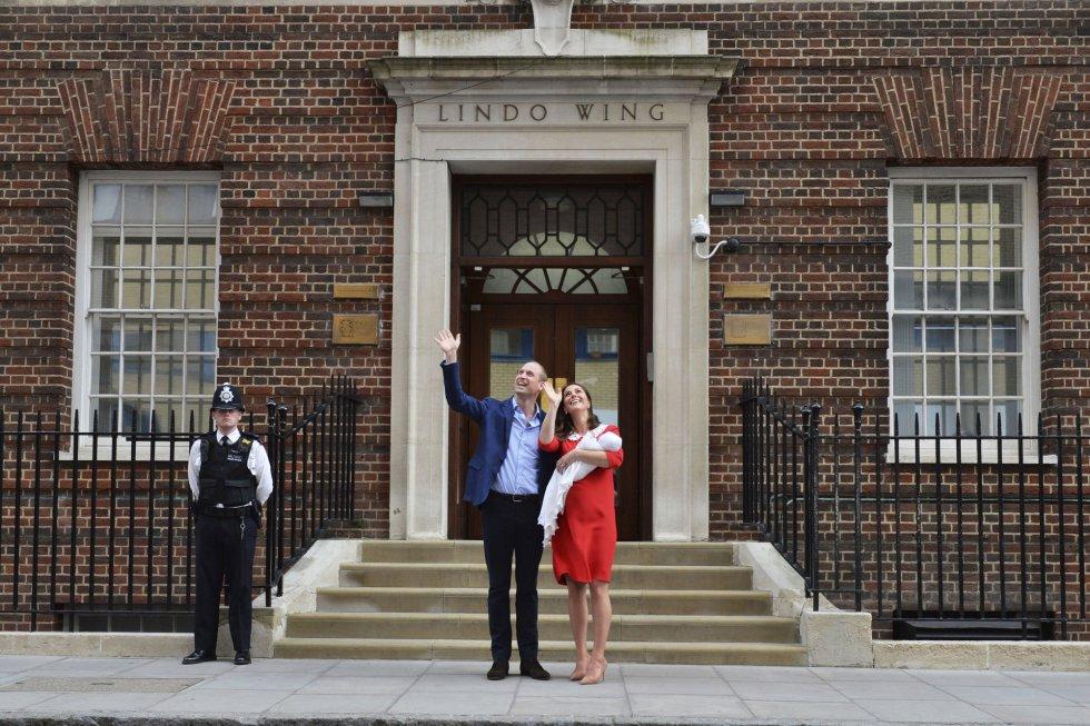 Guillermo de Inglaterra y Kate Middleton saludan junto a su hijo frente al hospital St. Mary en Londres.