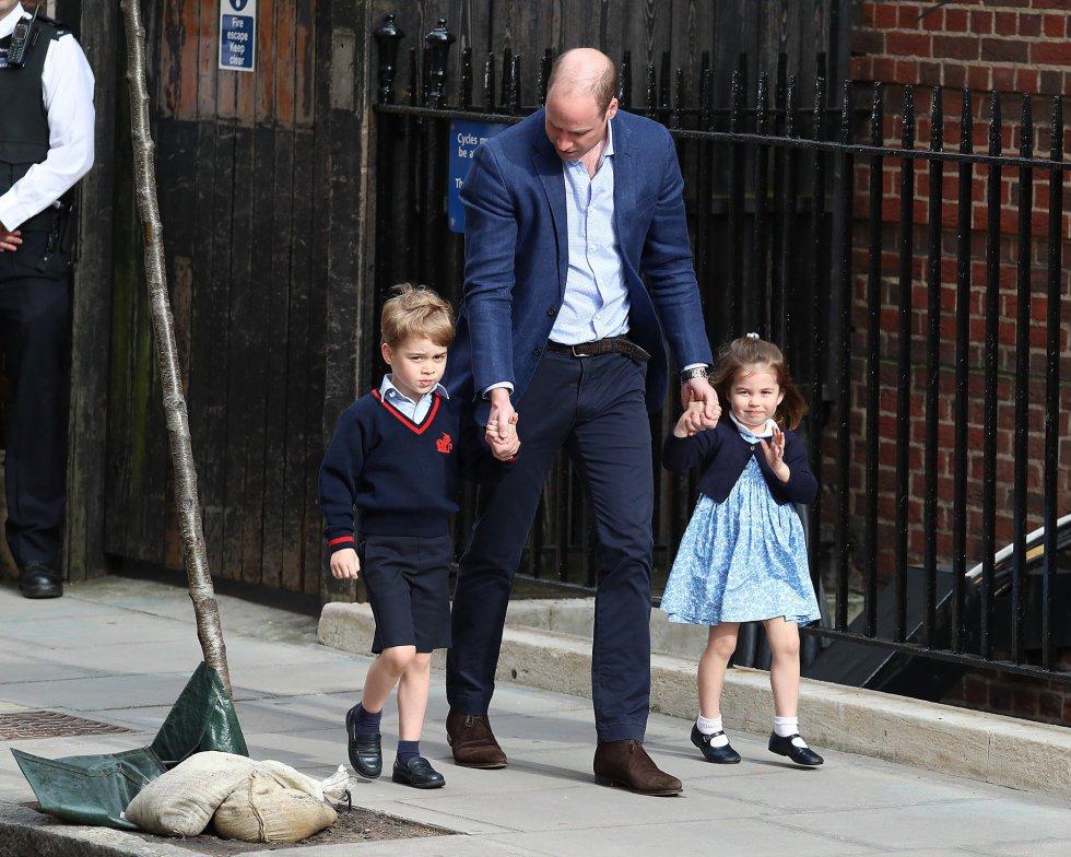 El príncipe Jorge y la princesa Carlota camino del hospital junto a su padre, Guillermo de Inglaterra, para conocer a su nueva hermano.