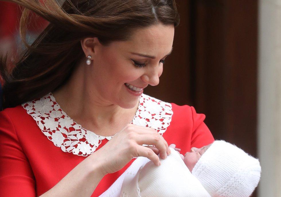 Kate Middleton junto a su tercer hijo, a la salida del hospital en Londres.