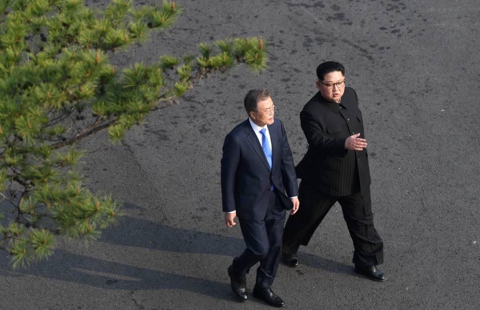 Kim Jong-un y el presidente surcoreano, Moon Jae-in pasean por la Zona Desmilitarizada durante la cumbre intercoreana en Panmunjom (Corea del Sur).
