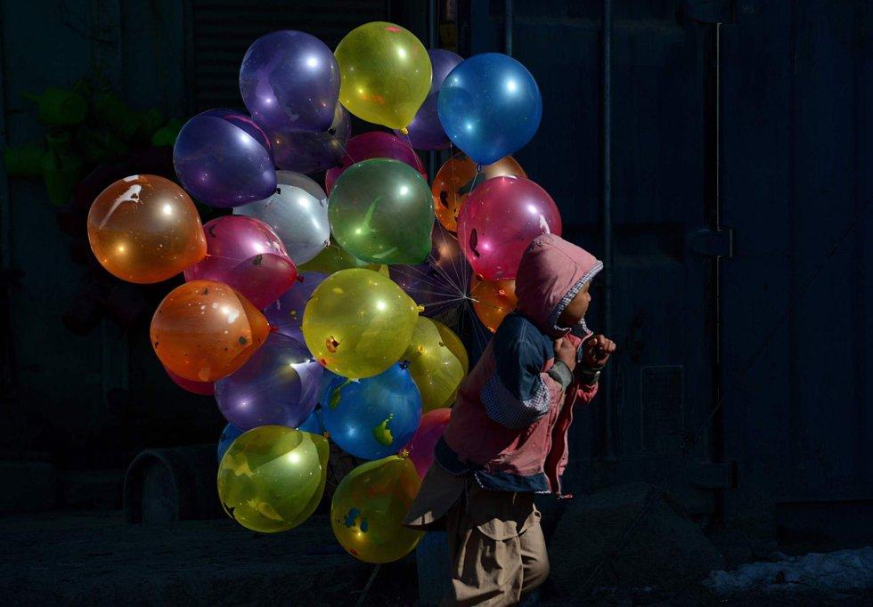 Un niño caminia con globos en la ciudad afgana de Kabul, el 7 de febrero de 2013.
