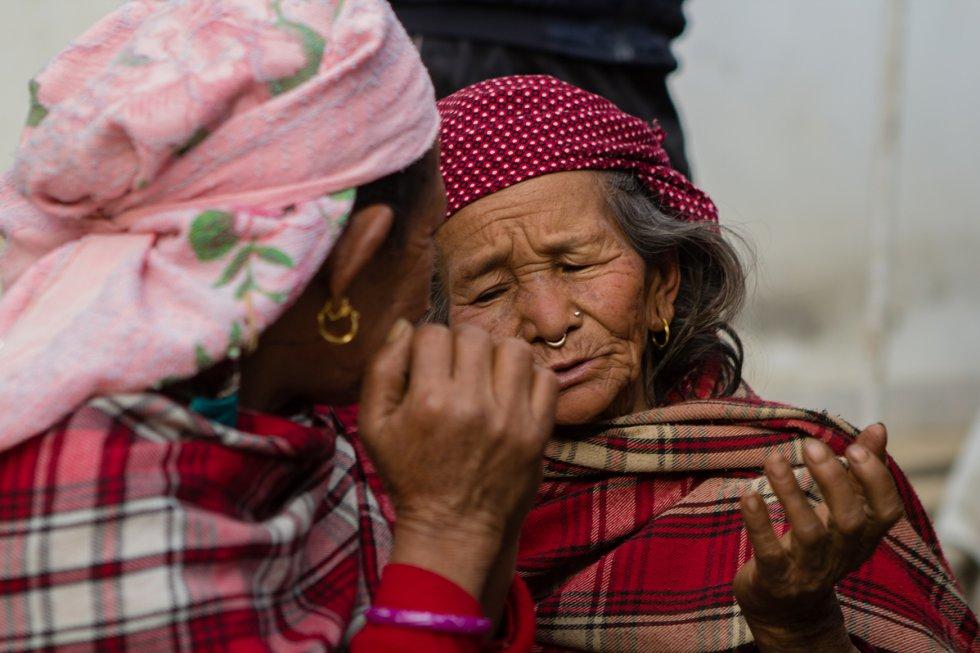 Otro de los colectivos vulnerables son las viudas del campo nepalí, quienes suelen ser analfabetas y sin otro futuro que servir de trabajadoras domésticas. Lily Thapa es fundadora de Mujeres por los Derechos Humanos (Grupo de Mujeres Solteras). Desde 1994, esta organización lucha contra la discriminación legal y social a madres solteras y viudas nepalíes con más de 2.500 grupos de mujeres distribuidos por los rincones más remotos de la geografía del país.