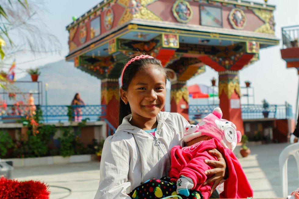 El Nepal rural no solo concentra a la mayor parte de la población sino que también condensa tradiciones arcaicas nocivas, combinación de creencias religiosas y precariedad económica, que hacen más vulnerables a las potenciales víctimas.