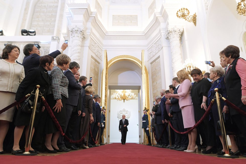 Vladimir Putin entra a prestar juramento durante su ceremonia de inauguración como nuevo presidente de Rusia en el Gran Palacio del Kremlin en Moscú.
