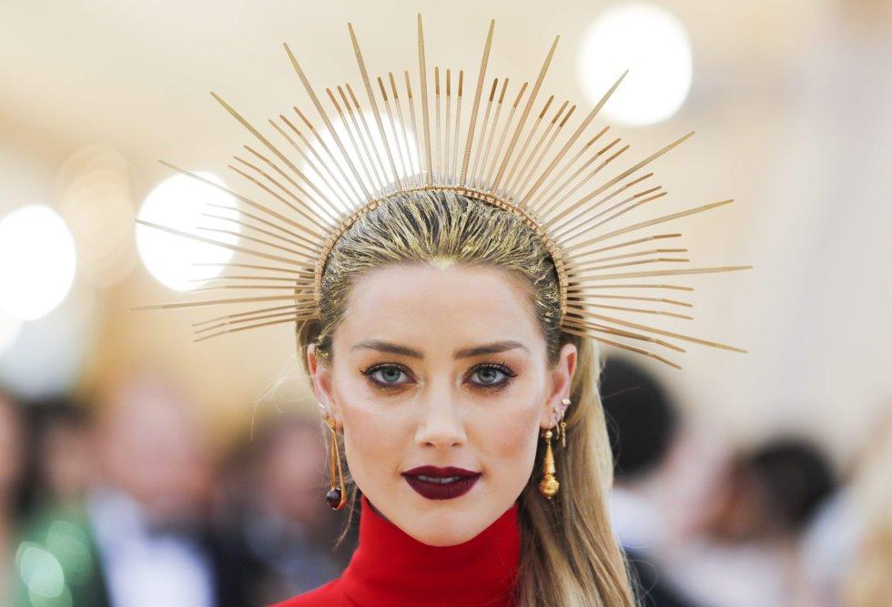 Carlo Allegri REUTERS  La actriz Amber Heard con una corona de pinchos  dorada a juego con los destellos brillantes 14a4d816ace7