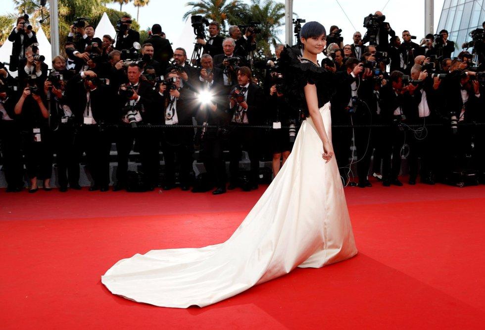 La cantante y actriz china Chris Lee asiste al estreno de la película 'Todos lo saben', del iraní Asghar Farhadi, protagonizada por los españoles Javier Bardem y Penélope Cruz, en la ceremonia de apertura de la 71ª edición del Festival de Cine de Cannes, el 8 de mayo.