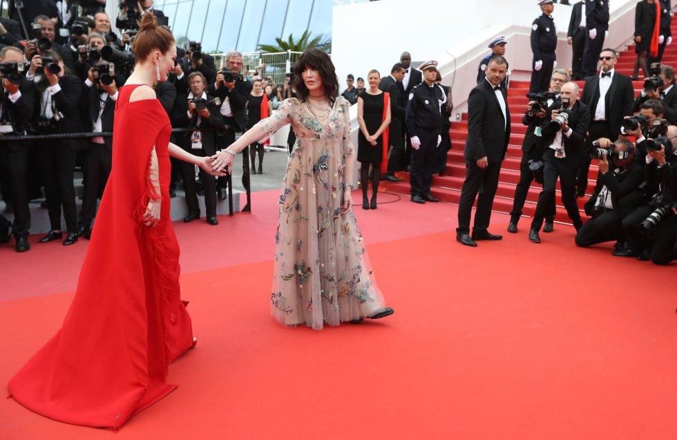 La actriz estadounidense Julianne Moore (izquierda)  y la francesa Isabelle Adjani posan para los medios antes de la premier de la película 'Todos lo saben', el 8 de mayo de 2018.