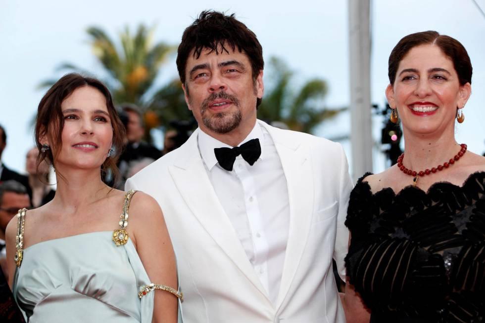 Los miembros del jurado de la sección Un Certain Regard, de izquierda a derecha, la actriz francesa, Virginie Ledoyen (i); el actor puertorriqueño Benicio del Toro (c), y la realizadora palestina Annemarie Jacir, asisten al estreno de la película 'Todos lo saben', el 8 de mayo de 2018.