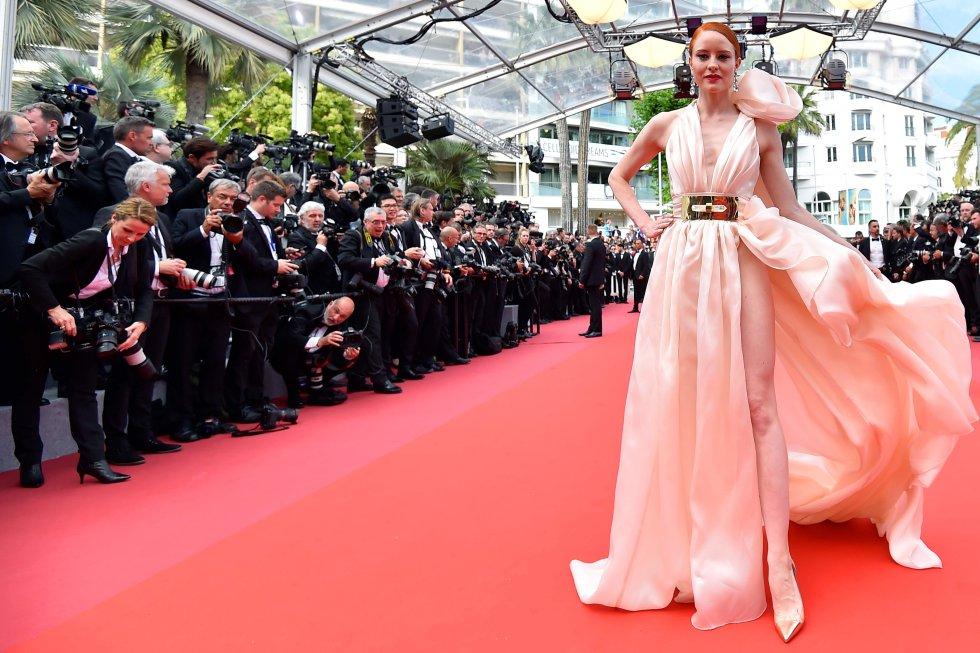 La modelo alemana Barbara Meier posa en la alfombra roja, el 8 de mayo de 2018.