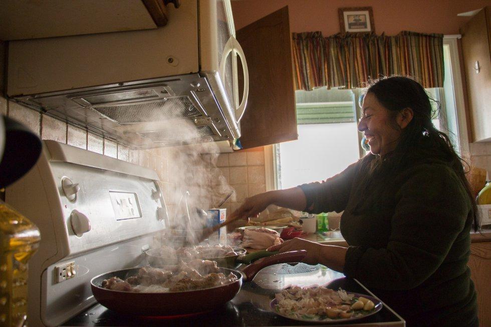 """Otra fotografía con mención de honor, esta vez desde Otavalo (Ecuador): """"La comida es el eje central de la cultura kichwa, a través de ella nos relacionamos con nuestra comunidad, con nuestros antepasados y con la Pachamama. Al migrar a Canadá luchamos mucho por mantener vivas nuestra cultura y tradiciones. Uno de mis recuerdos más tempranos fue cuando mi mamá me mando fritada a la escuela, los niños se burlaban del olor y de que diferente era mi comida. Esto es algo muy común que enfrentan niños de familias indígenas cuando están en espacios fuera de sus comunidades. La vergüenza de nuestra comida, aprendida desde pequeños, contribuye mucho a las decisiones alimenticias que tomamos de los adultos cambiando granos por productos procesados. Lo indígena por lo 'desarrollado""""."""