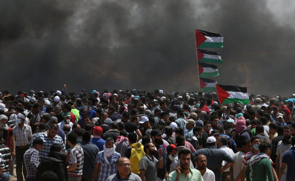 El balance de muertos ha generado críticas a nivel internacional, pero Estados Unidos, que ha provocado las iras de los países árabes con el traslado de su Embajada a Jerusalén desde Tel Aviv, ha respaldado a Israel en su acusación contra el movimiento islamista Hamás de instigar la violencia en Gaza. En la foto, palestinos concentrados durante la protesta contra el traslado de la Embajada estadounidense a Jerusalén, el 14 de mayo de 2018.