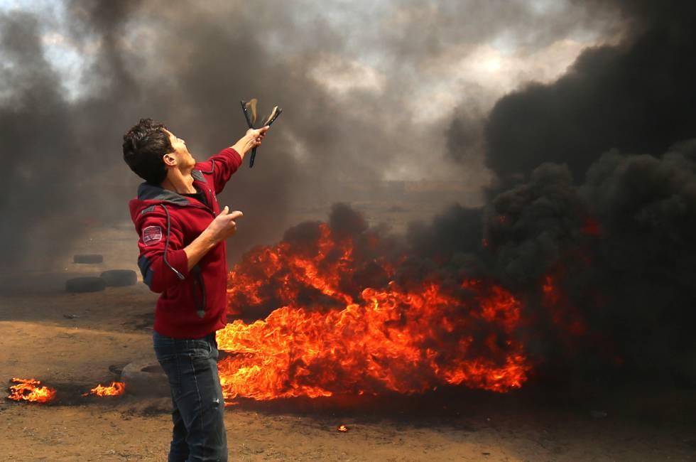 Un palestino lanza piedras durante la protesta en la frontera entre Gaza e Israel, el 14 de mayo de 2018.