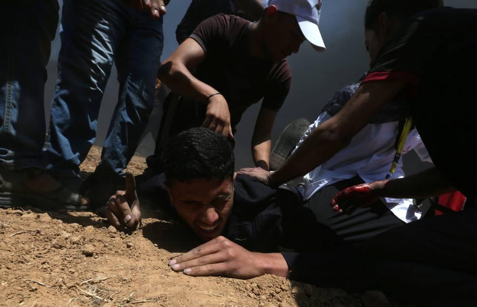 Un palestino herido cae al suelo durante la protesta entre la frontera de Gaza con Israel, el 14 de mayo de 2018.