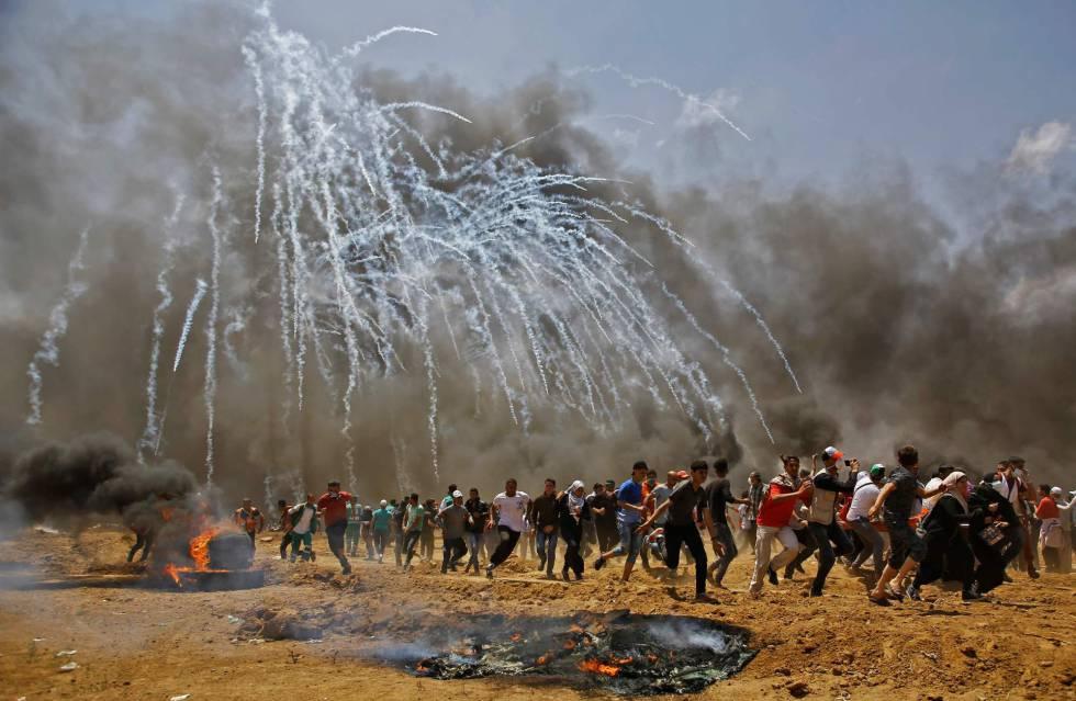 Lanzamiento de gas lacrimógeno por parte de las fuerzas de seguridad israelíes durante la protesta entre la frontera de Gaza con Israel, el 14 de mayo de 2018.