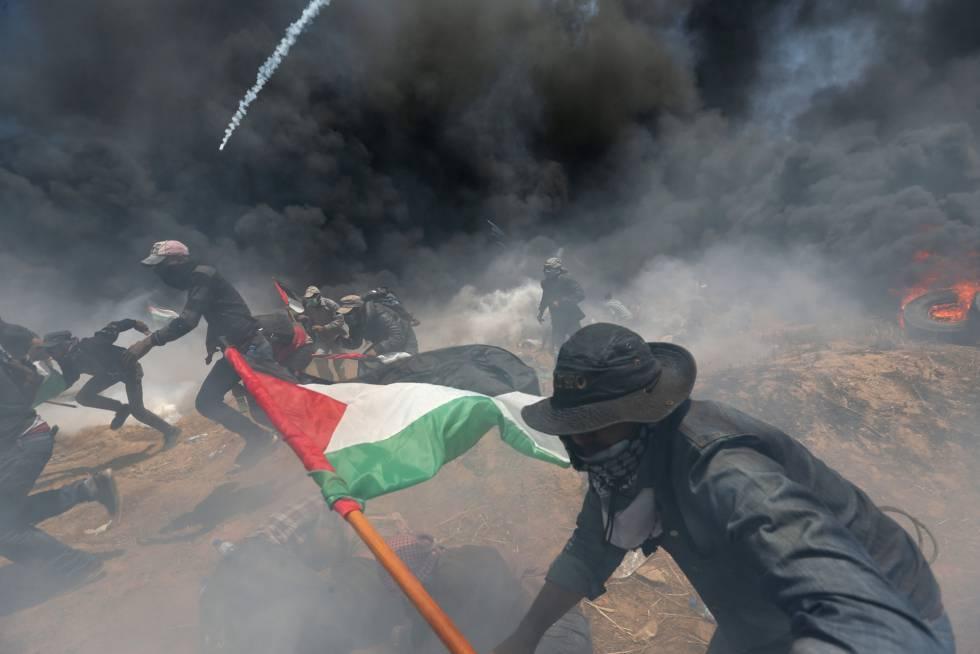 Un grupo de palestinos durante los enfrentamientos con las fuerzas de seguridad israelíes en la frontera entre Gaza e Israel, el 14 de mayo de 2018.