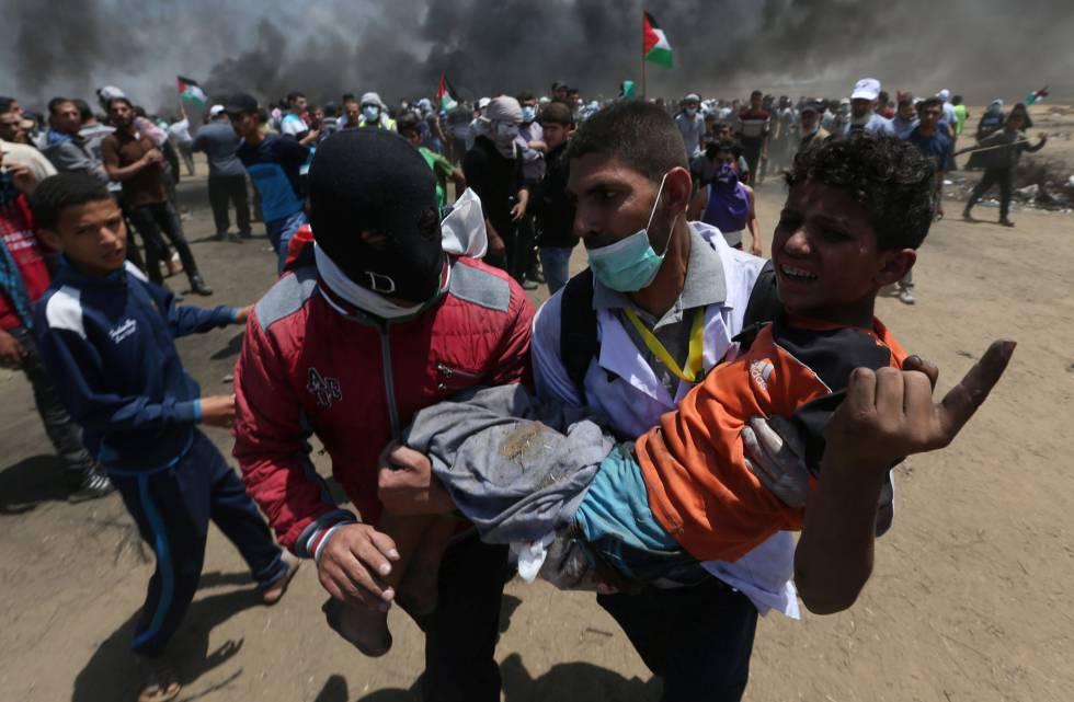 Un joven herido es evacuado durante los enfrentamientos con las fuerzas de seguridad israelíes en la frontera entre Gaza e Israel, el 14 de mayo de 2018.