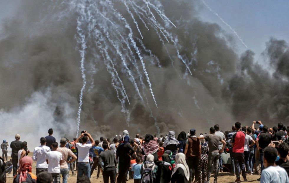 Las tropas israelíes lanzan gas lacrimógeno contra los manifestantes palestinos en la franja de Gaza, el 14 de mayo de 2018.