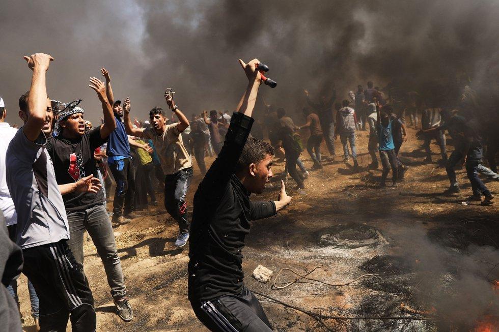 Un grupo de manifestantes palestinos durante la protesta masiva frente a la frontera con Israel en la franja de Gaza, el 14 de mayo de 2018.