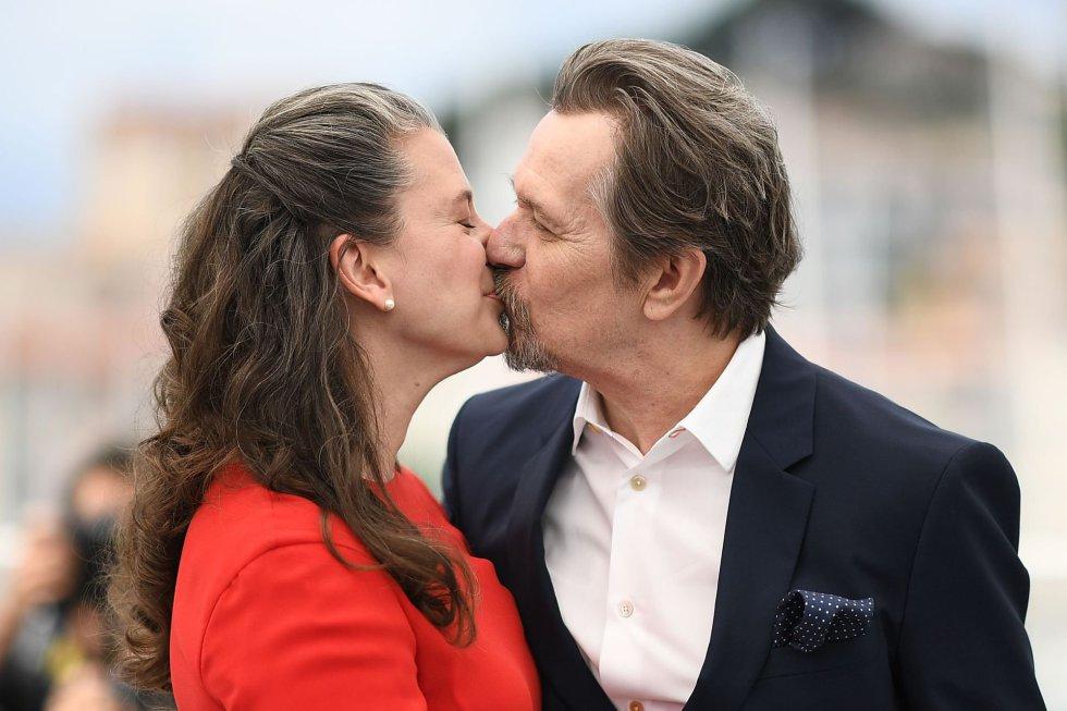 El actor Gary Oldman besa a su esposa, Gisele, durante el photocall de la película 'Rendez-Vous with Gary Oldman' en Cannes, el 17 de mayo de 2018.