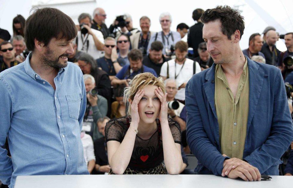 El director Ulrich Kohler (i) con los actores Elena Radonicich y Hans Low, durante la presentación de la película 'In My Room', el 17 de mayo de 2018.