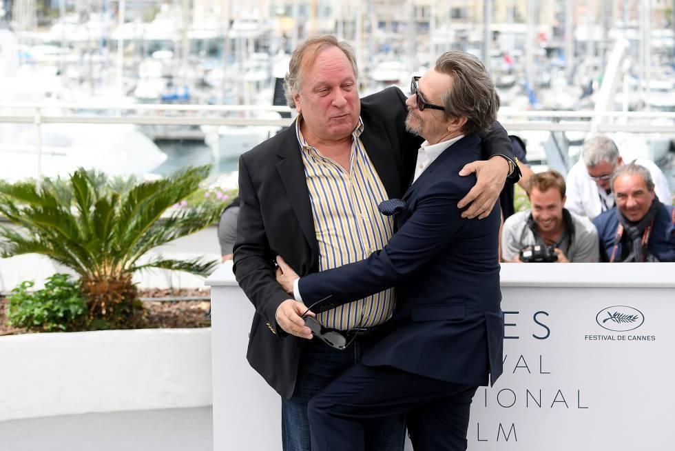 Gary Oldman (d) y el productor Douglas Urbanski, en Cannes.