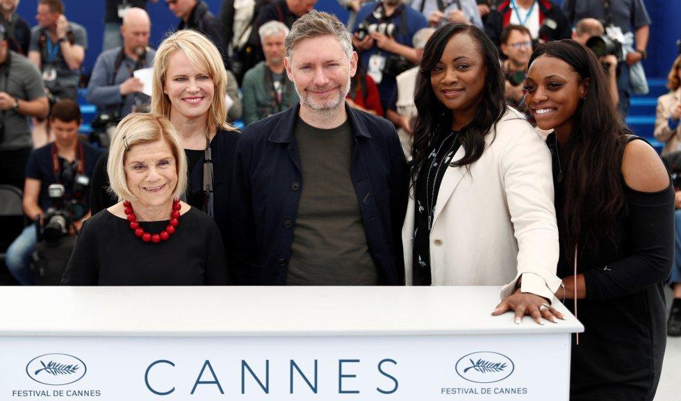 """De izquierda a derecha: las productoras Nicole David, Lisa Erspamer, el director Kevin Macdonald, y las productoras Pat Houston y Rayah Houston posan en el pase gráfico del documental """"Whitney"""", en Cannes (Francia), el 17 de mayo de 2018."""