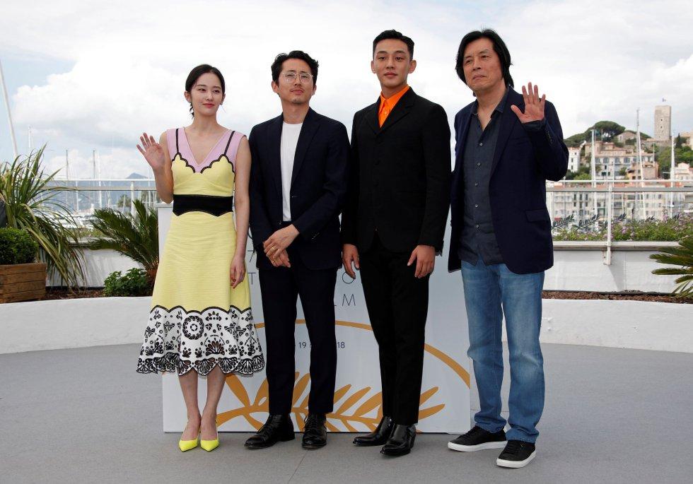 """De izquierda a derecha: los actores surcoreanos Jun Jong-Seo, Yeun Steven, Yoo Ah-In y el director Lee Chang-Dong posan durante la presentación de la película """"Burning"""" en el festival de Cannes, en Francia, el 17 de mayo de 2018."""