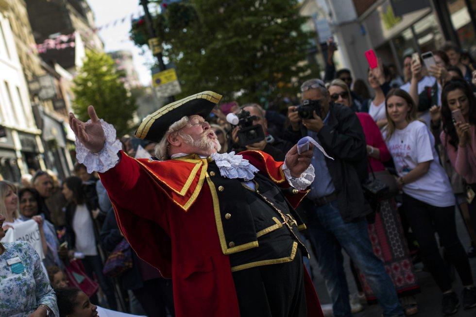 Un pregonero anuncia la boda real a la multitud en Windsor. rn