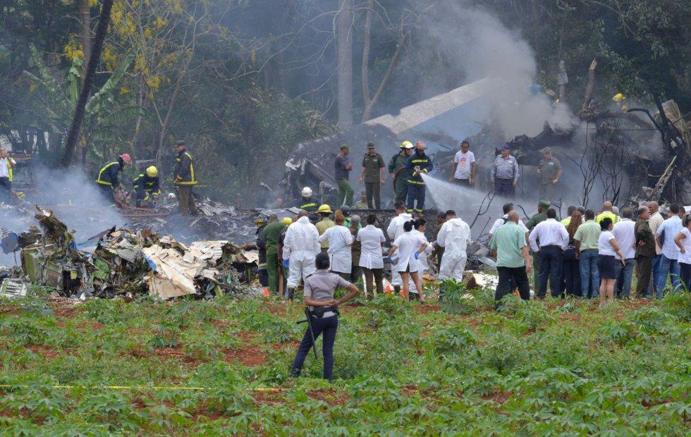 Los equipos de emergencia inspeccionan el lugar de la catástrofe