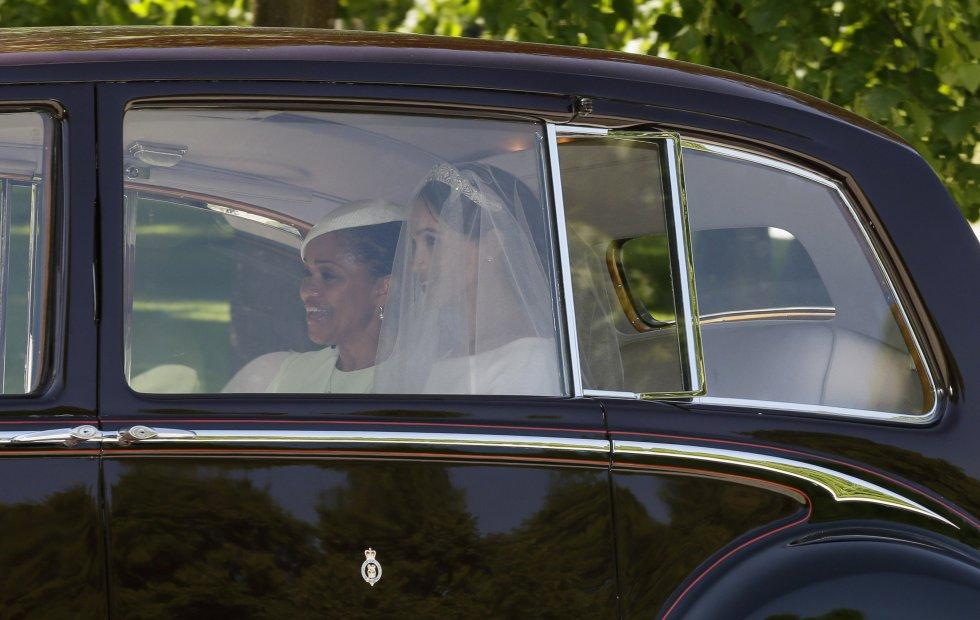 Meghan Markle con su vestido de novia a la salida del hotel en el que ha pasado la noche junto a su madre Doria Ranglan.