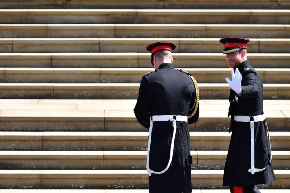 Enrique de Inglaterra (derecha) llega al castillo de Windsor junto a su hermano Guillermo de Inglaterra, ambos vistiendo el uniforme de gala del ejécito del aire británico.