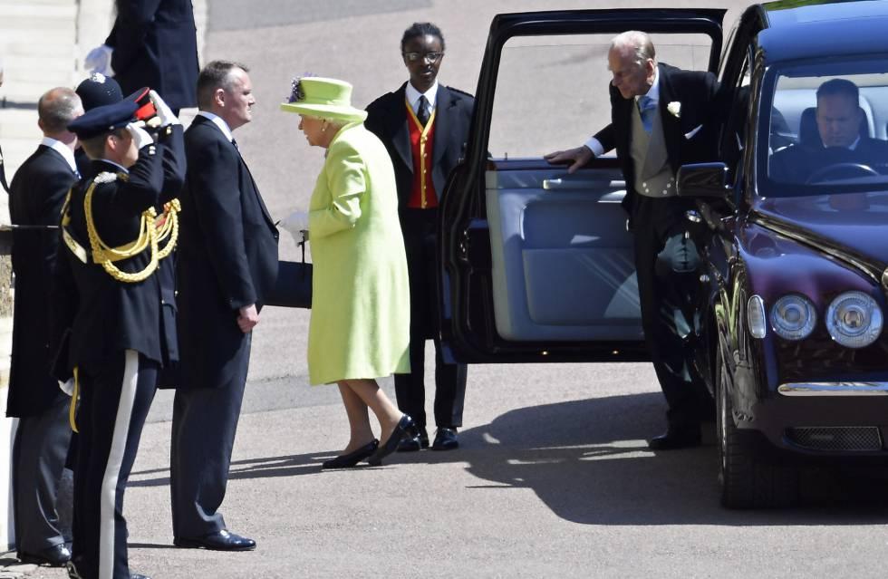 La reina Isabel II y el principe Felipe llegan a la capilla de San Jorge antes de la ceremonia.
