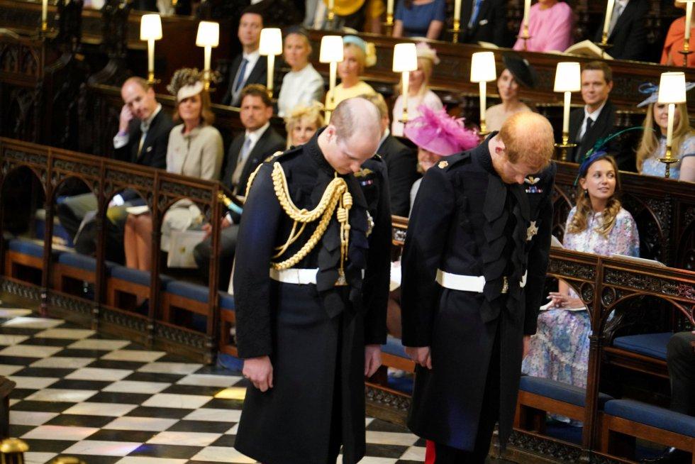 El príncipe Enrique de Inglaterra (izquierda) acompañado de su hermano en la capilla de San Jorge.rn