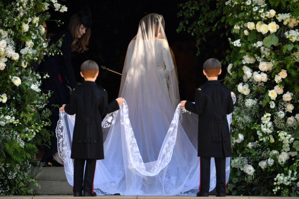 Meghan Markle hace su entrada en la capilla de San Jorge acompañada por dos pajes.