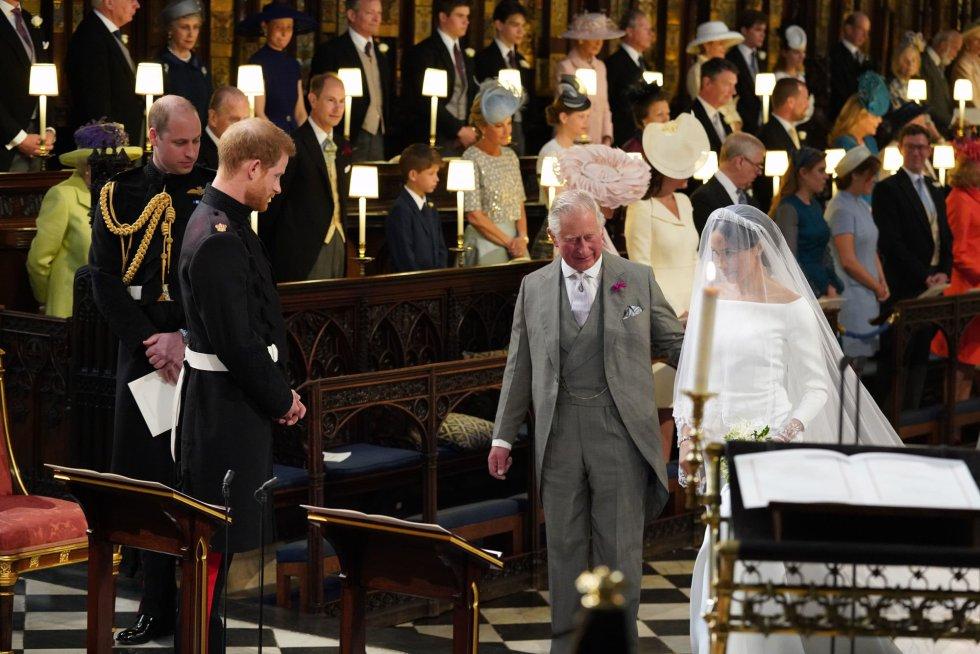 El príncipe Carlos (derecha) acompaña a Meghan Markle hasta el altar.