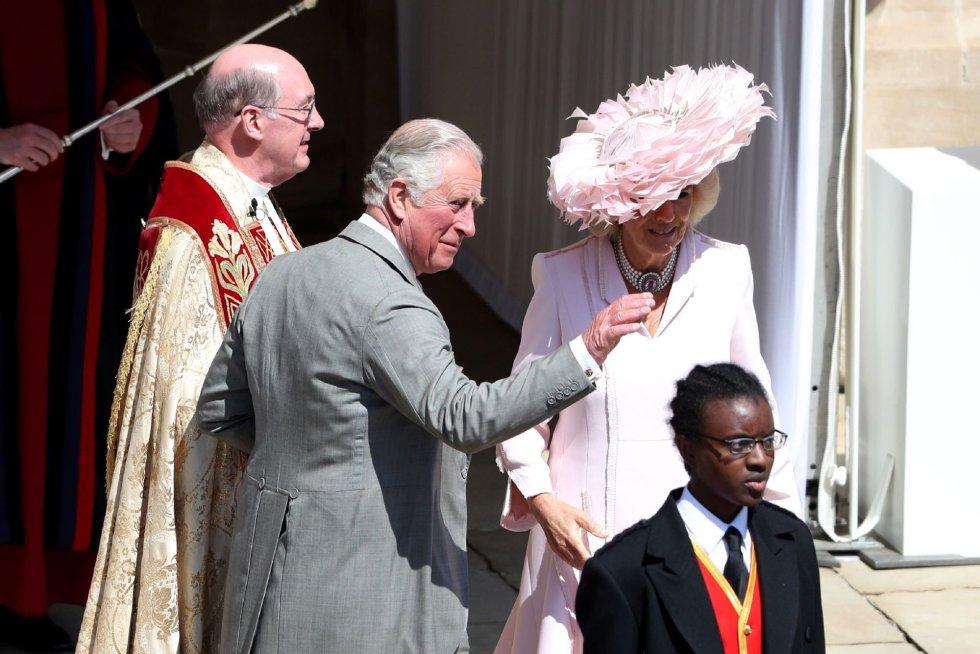 El príncipe Carlos de Gales y Camila, duquesa de Cornualles, llegan a la capilla.